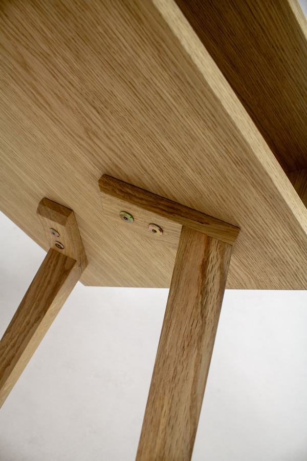 Dębowy lity designerski Stolik Kawowy Skandynawski Wide z dwiema symetrycznymi półkami
