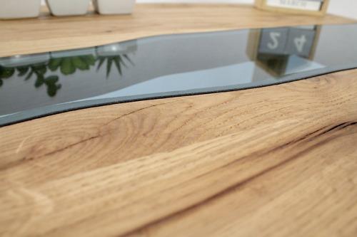 Drewniany stolik kawowy z motywem rzeki ze szkła, wykonany z litego drewna dębowego, rzeka, skandynawski, designerski i nowoczesny.