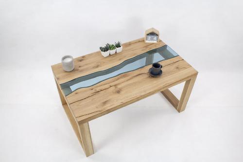 Drewniany z litego dębu Stolik kawowy z motywem rzeki wykonany z niebieskiego szkła to nasz pierwszy mebel z kolekcji Natura.